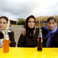 Les filles de la campagne au cafe de la Plage, Babolsar,  Iran, juillet 2002 © Isabelle Eshraghi